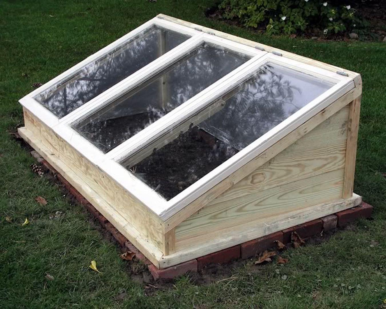 une serre faite de vieux ch ssis jardinier paresseux. Black Bedroom Furniture Sets. Home Design Ideas
