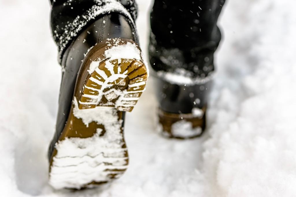 Bottes comprimant la neige