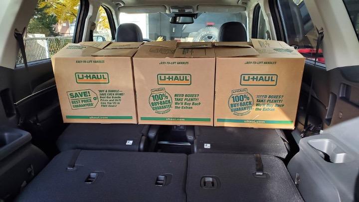 Boîtes de carton dans l'habitacle d'un véhicule utilitaire.