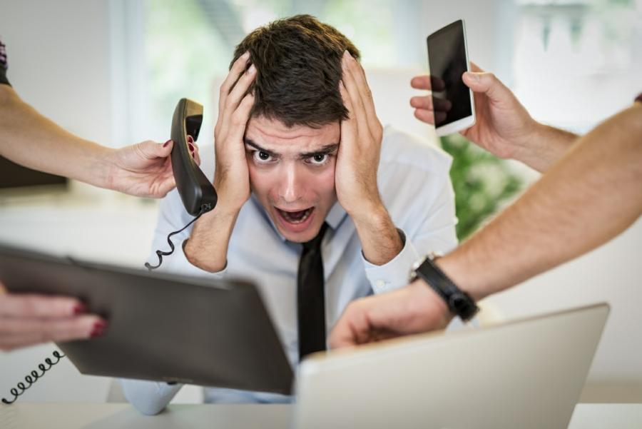 Homme frustré par une surcharge de travail.
